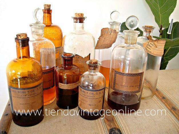 Botellas de cristal antiguas para decoración. Botellas de farmacia y boticario.