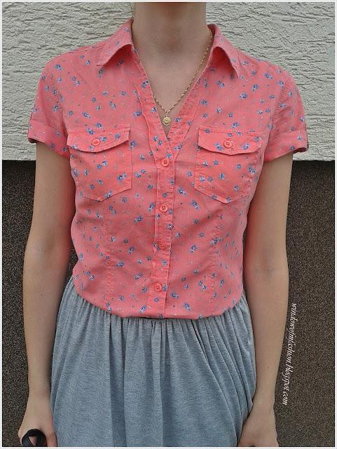 Koszula z krótkim rękawem w drobne kwiaty, szaro-srebrna spódniczka