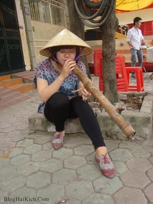 Cô gái Việt hút thuốc lào bá đạo