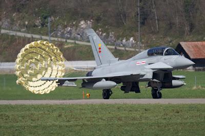 Der Eurofighter Typhoon T.3 ZK303 landet für die Durchführung der Lärmmessungen durch die EMPA mit Bremsschirm auf dem Flugplatz Meiringen.