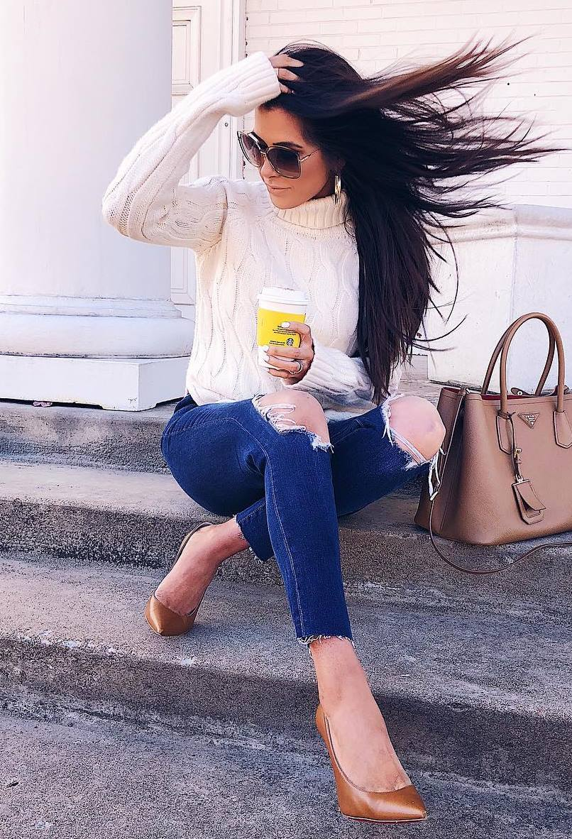 how to wear a pair of brown heels : white knit sweater + bag + skinny jeans