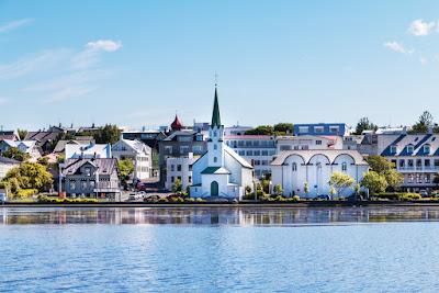 Vista panorámica de la ciudad de Reikiavik en una soleada tarde del mes de julio