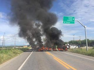 Em 4° dia de protesto, caminhoneiros bloqueiam BR-222 em Sobral