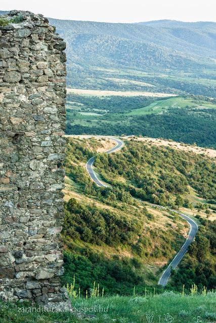 A világosra vezető aszfaltút a várból nézve