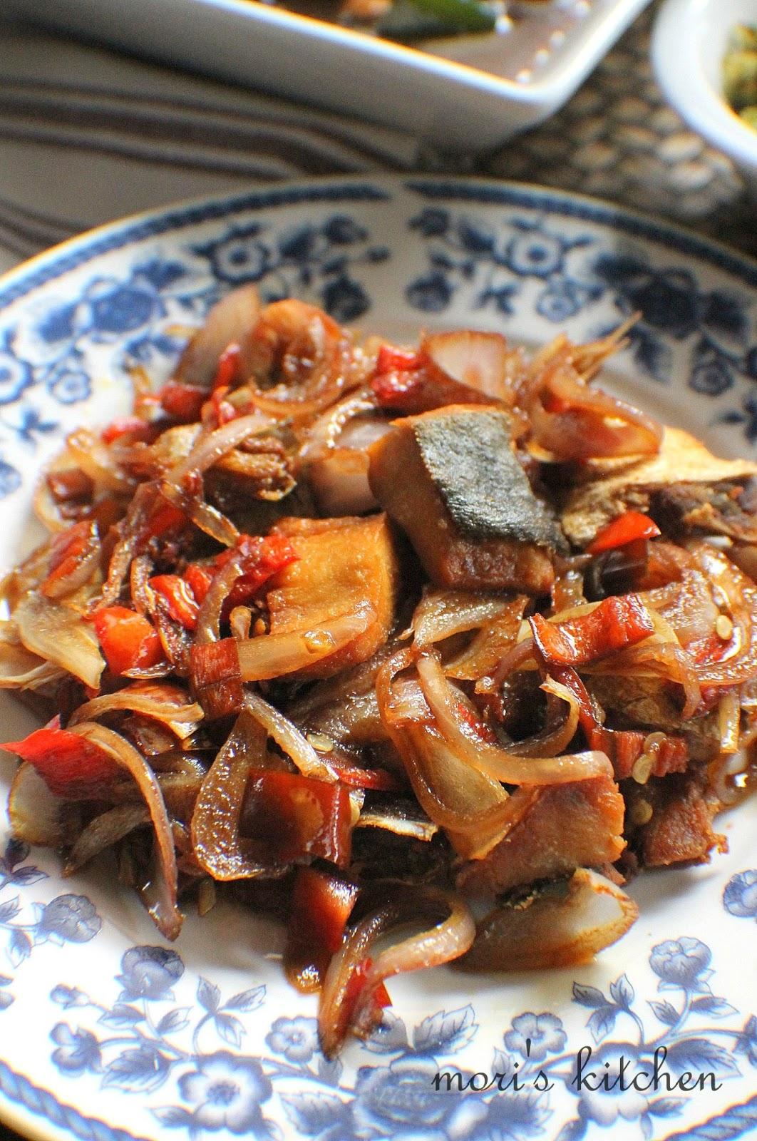Mori's Kitchen: Ayam Masak Lada Hitam, Ikan Masin Kurau goreng berbawang dan Sambal Gesek untuk