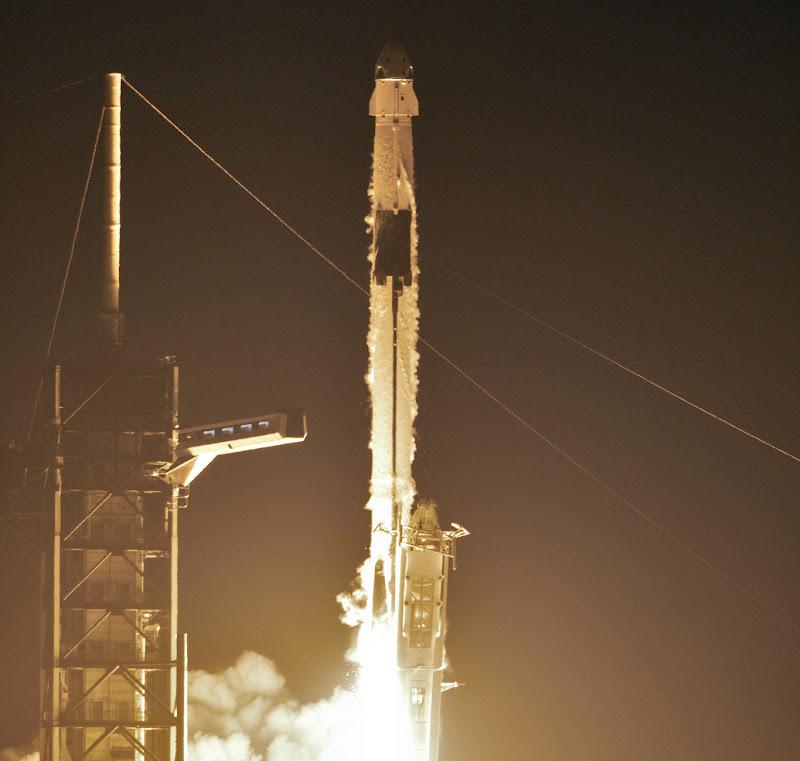 Rakieta Falcon9R startuje wynosząc na orbitę załogowy statek kosmiczny Dragon 2. Credit: NASA