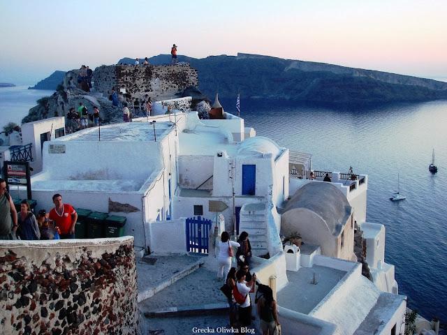 białe domki na tle greckiego morza Fira Santorini Grecja