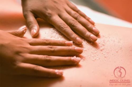 Cách làm tan mỡ vùng bụng bằng các massage bụng chung với muối hột
