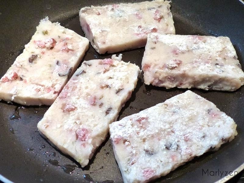 Faites frire des tranches de pâté de radis chinois.