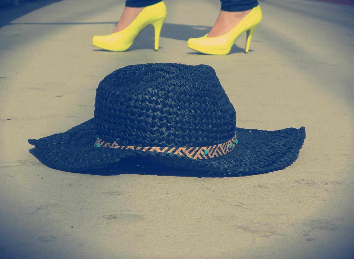 czarny-kapelusz-słomkowy