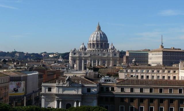 Widok naBazylikę św. Piotra zZamku św. Anioła wRzymie