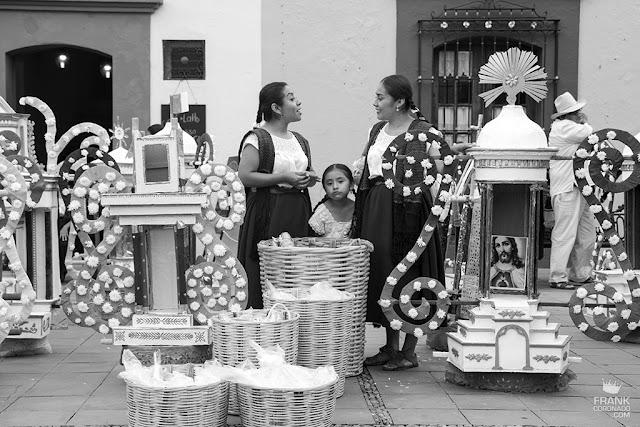 mujeres en convite de guelaguetza oaxaca