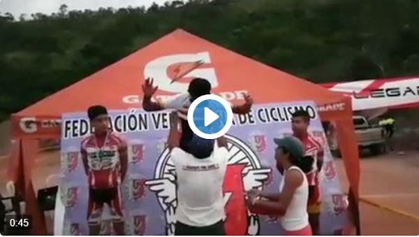 Campeón de ciclismo ondea la bandera de Venezuela al reves