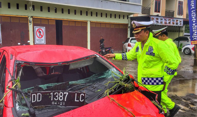 Mobil Terjun ke Rawa-rawa, Pengemudi dan Lima Penumpang Tewas