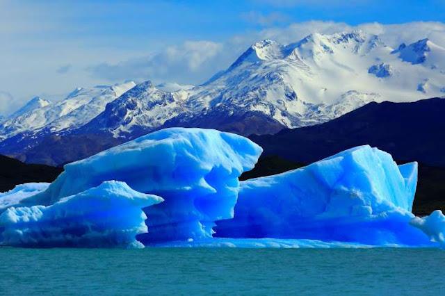 Resultado de imagem para Iceberg azul surge do nada diante de um barco turístico na Patagónia