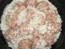 на слой риса выкладываем тефтели