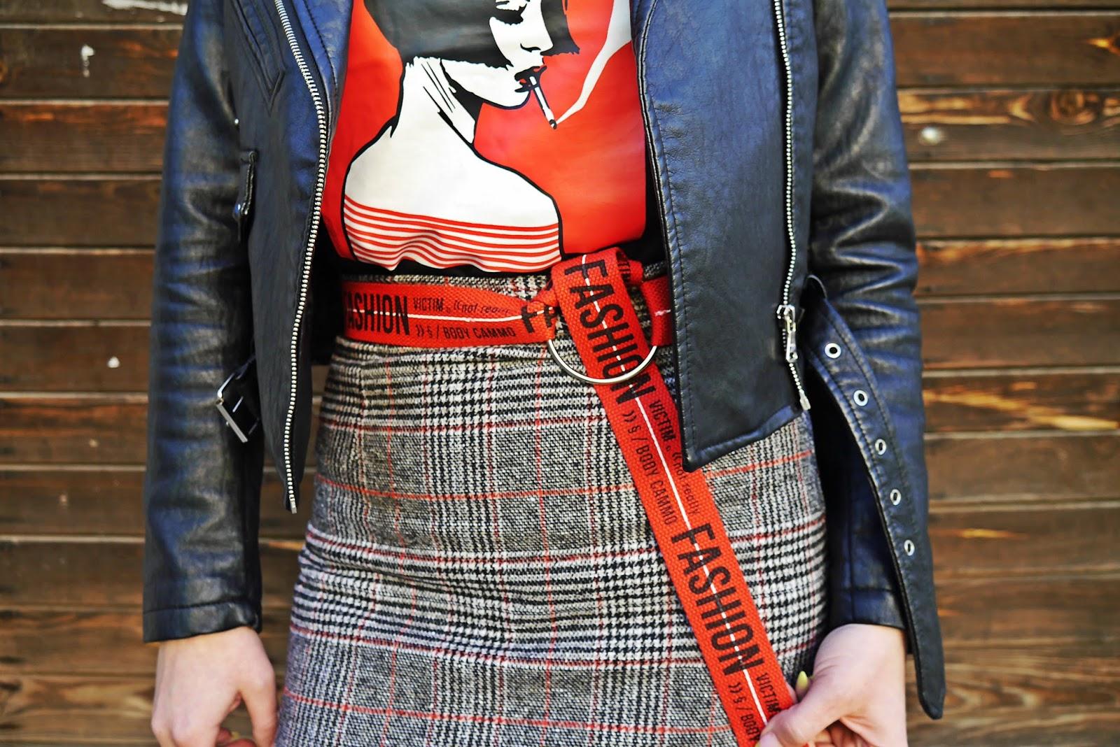 3_spodnica_w_krate_czerwone_botki_t-shirt_z_nadrukiem_karyn_blog_modowy_220418