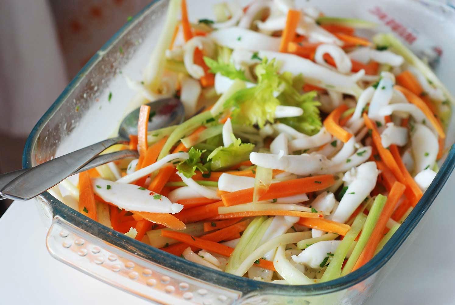 Preferenza Rossa di sera: Julienne di seppie con carote e sedano in insalata MQ17