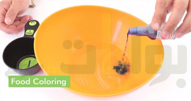 صُب الماء الساخن في وعاء وأضف ثلاث أو أربع قطرات من صبغة الطعام حتى يُصبح لون الماء داكنًا عن الدرجة التي تريد أن يكون عليها السلايم، ثم قلب الماء جيدًا بملعقة.