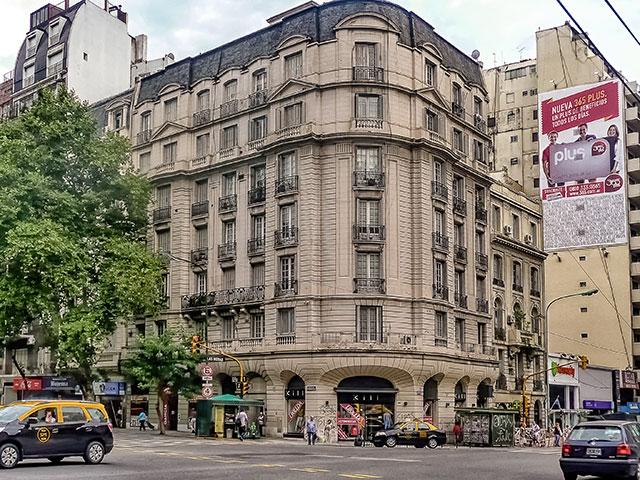 Edificio señorial en esquina.