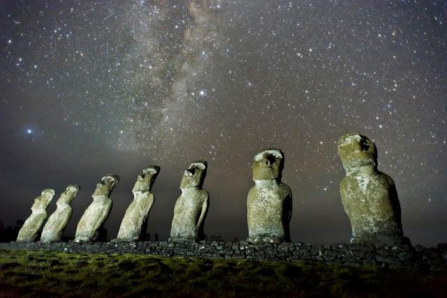 Céu e moais na Ilha de Páscoa