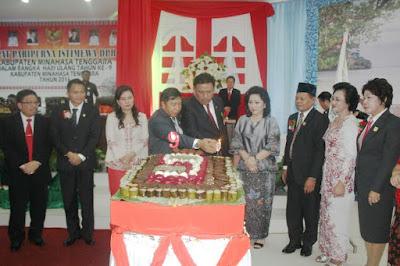 Bupati Mitra bersama-sama Gubernur Sulut nyalakan lilin pada perayaan HUT Mitra ke 9 Tahun.