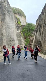 Alumni SMPN 2 Malang berpose dengan latar tebing kapur di Pantai Melasti Ungasan