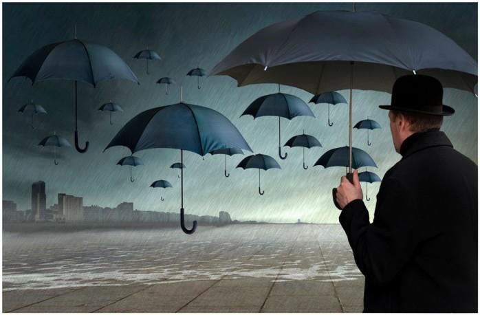 [uomo vestito in nero guarda gli ombrelli durante la pioggia]
