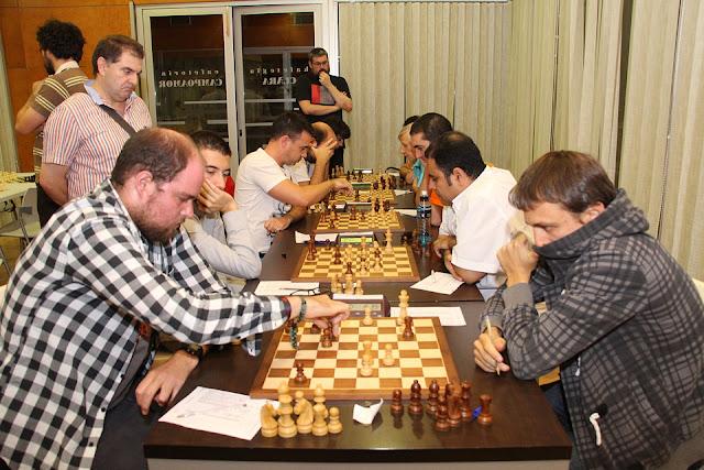 Alaín Prieto mueve pieza durante el torneo
