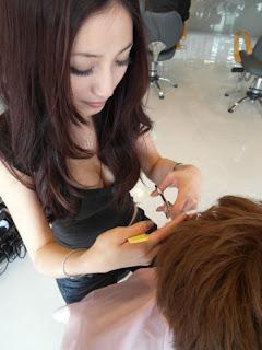 Foto Hot: Tukang Gunting Rambut Yang Menggoda