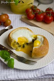 (Jajko w bułce z pieczarkami i fetą