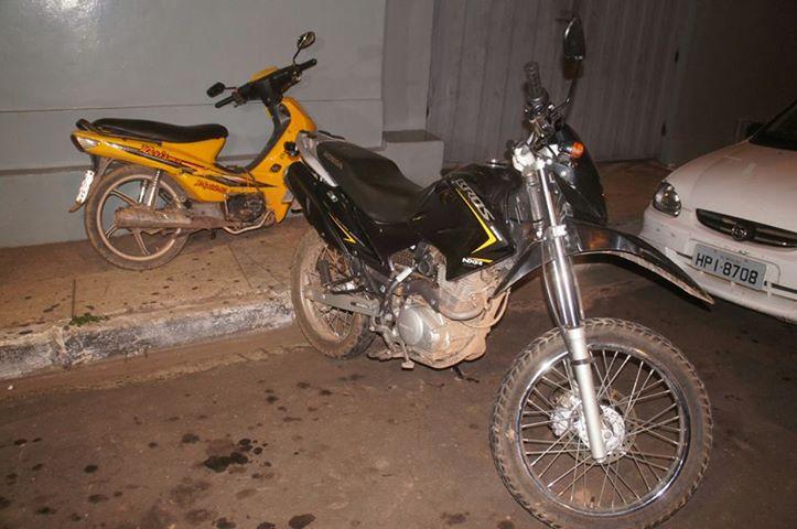 2c643db836636 A Bros recuperada em uma residência no Bairro Santa Rita, a Bros e a Trax  em um matagal no Bairro Vila Machado, nenhum dos suspeitos foram presos, ...