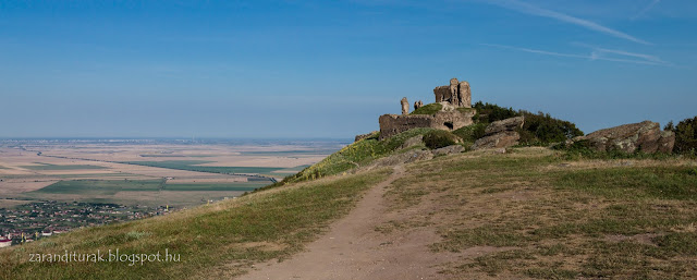 A világosi vár romjai háttérben Világos faluval és az Alfölddel