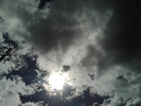 ¡Algo extraño esta pasando en el sol!   Extraño objeto lo circunda