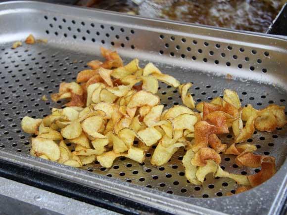которые потом обжариваются во фритюрнице или кастрюльке с кипящим маслом