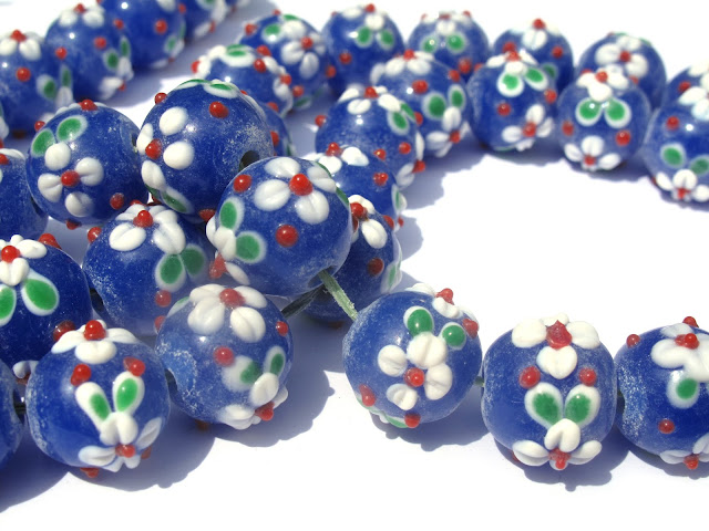 Kobalt blauwe kralen met bloemetjes