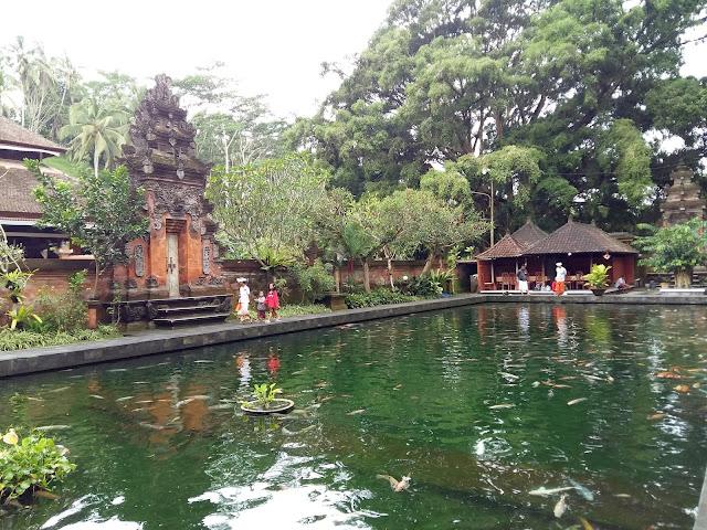 Храм Священной воды Тирта Эмпул.