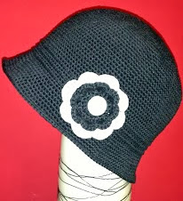 http://www.artedetei.com/2013/02/elegant-cloche-hat-free-english-pattern.html
