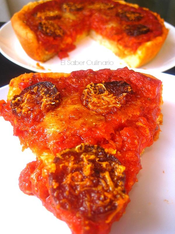 Pizza estilo Chicago con pepperoni