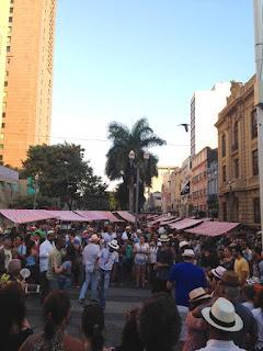 Clima de carnaval com Darcy Maravilha na Feira do Rio Antigo