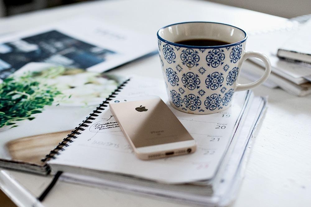 koti, sisustus, valokuvaus, Visualaddict, valokuvaaja Frida Steiner, kahvi, kahvikuppi, kuppi, työpöytä, kalenteri