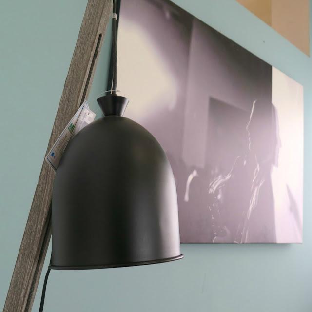 מנורה ותמונה בארוע חותם, גלריית הרהיטים בכפר סבא