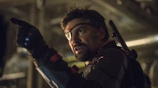 arrow: manu bennett regresara como deathstroke