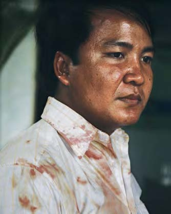 Suong+Sophorn+with+bloody+shirt+(Mony,+PPP).jpg
