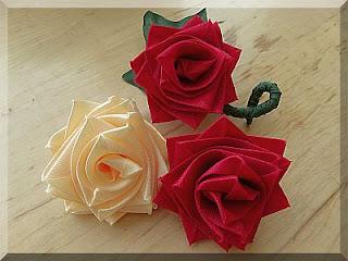 งานทําที่บ้าน งานฝีมือ ม้วนดอกไม้ สร้างรายได้เสริม ร้อยละ 25-30 บาท ทางร้านยินดีรับซื้อไม่จำกัดจำนวน เป็นงานฝีมือทําที่บ้าน รายได้ดีขึ้นอยู่กับปริมาณของผู้ทำ