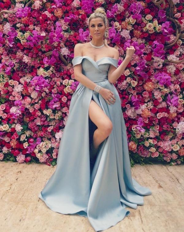 vestido de festa com fenda azul