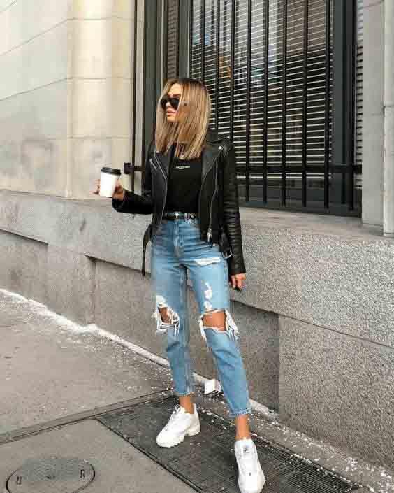 Calça jeans destroyed, camiseta e jaqueta de couro
