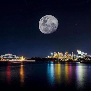 القمر الساطع العجيب