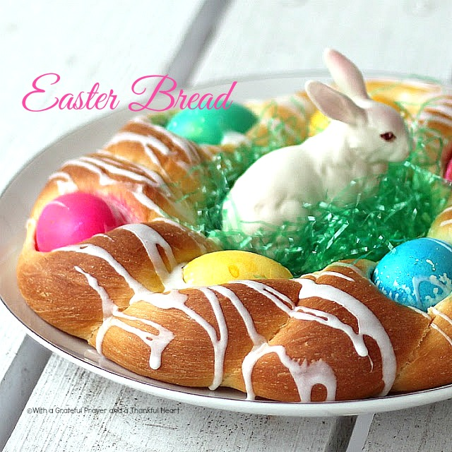 ... Easter Sunday breakfast. I post this pretty bread with dyed eggs each