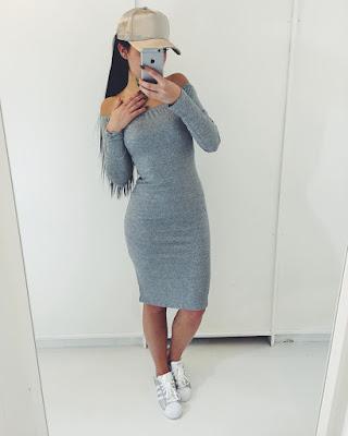 vestido liso casual corto de verano con tenis blancos